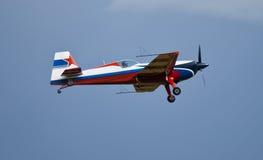 Het aerobatic vliegtuig extra 330 vliegen royalty-vrije stock foto's