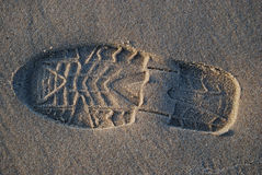 Het af:drukken van de schoen op het strand Stock Foto