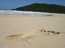 Het af:drukken van de voet op Caraïbisch Zand royalty-vrije stock afbeeldingen