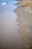 Het af:drukken van de voet in Zand Stock Afbeelding