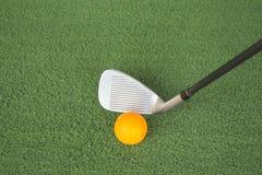 Het afbreken van een golfbal op green stock foto