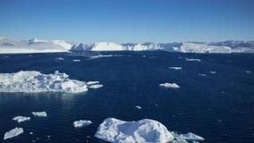 Het afdrijven door een ijsberg die in Qooroq Icefjord drijven stock video