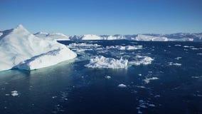 Het Afdrijven door een ijsberg die in Qooroq Icefjord, Zuid-Groenland drijven stock videobeelden