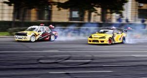 Het afdrijven Nissan versus BMW Royalty-vrije Stock Foto's