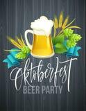 Het affichemalplaatje van Oktoberfest-bierpartij met verschillende voorwerpen bracht met bierfestival en handschrift het van lett Stock Afbeeldingen