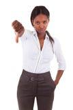 Het Afrikaanse Amerikaanse bedrijfsvrouw maken beduimelt onderaan gebaar - Bla Royalty-vrije Stock Foto