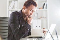 Het Afrikaanse Amerikaanse boek van de zakenmanlezing Stock Fotografie