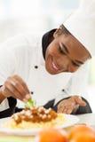 Het Afrikaanse Amerikaanse chef-kok verfraaien royalty-vrije stock fotografie