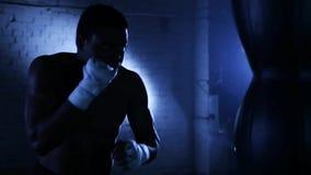 Het Afrikaanse Amerikaanse de schaduw van de bokseratleet in dozen doen stock video