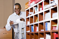 Het Afrikaanse Amerikaanse document van de zakenmanlezing Stock Foto's