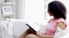 Het Afrikaanse Amerikaanse jonge boek van de vrouwenlezing thuis