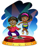 Het Afrikaanse Amerikaanse jongen en meisjes dansen Stock Foto's