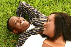 Het Afrikaanse Amerikaanse Leggen van het Paar Stock Foto