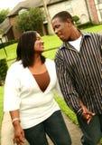 Het Afrikaanse Amerikaanse Lopen van het Paar Stock Afbeeldingen