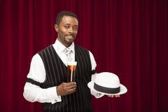 Het Afrikaanse Amerikaanse mannetje kleedde zich in een retro bendelidkostuum houdend een bier een zijn hoed Royalty-vrije Stock Foto's