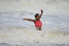 Het Afrikaanse Amerikaanse Meisje Spelen in Oceaangolven Royalty-vrije Stock Foto