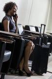 Het Afrikaanse Amerikaanse Meisje van de Vrouw op de Luchthaven van de Telefoon van de Cel royalty-vrije stock afbeeldingen