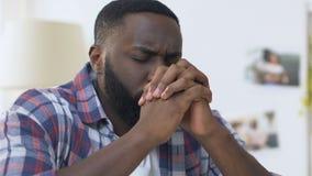 Het Afrikaanse Amerikaanse mens vouwen dient gebed, oprecht geloof in god in, godsdienst stock video