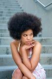 Het Afrikaanse Amerikaanse Model met Afro ziet eruit Stock Fotografie