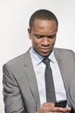 Het Afrikaanse Amerikaanse overseinen van de zakenmantekst over witte achtergrond Stock Fotografie