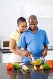 Het Afrikaanse Amerikaanse paar koken stock foto's