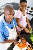 Het Afrikaanse Amerikaanse paar koken Stock Fotografie