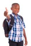 Het Afrikaanse Amerikaanse schooljongen maken beduimelt omhoog - Zwarte mensen Royalty-vrije Stock Foto
