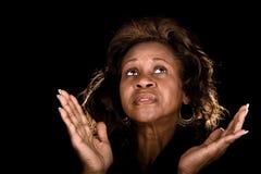 Het Afrikaanse Amerikaanse vrouw bidden Stock Afbeeldingen
