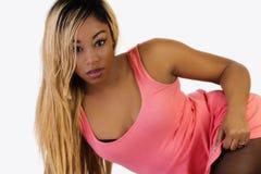 Het Afrikaanse Amerikaanse Vrouw Doen leunen in Roze Kleding Stock Foto
