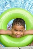 Het Afrikaanse Amerikaanse Zwemmen van het Kind royalty-vrije stock afbeeldingen