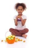 Het Afrikaanse Aziatische ei van de de chocoladeester van de meisjesholding Royalty-vrije Stock Afbeelding
