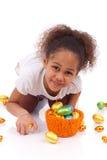 Het Afrikaanse Aziatische ei van de de chocoladeester van de meisjesholding Stock Foto's
