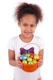 Het Afrikaanse Aziatische ei van de de chocoladeester van de meisjesholding Royalty-vrije Stock Fotografie