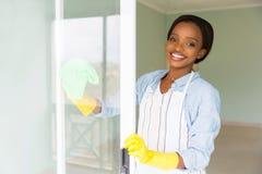 Het Afrikaanse huisvrouw schoonmaken royalty-vrije stock fotografie