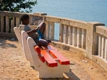 Het Afrikaanse jongen ontspannen Stock Foto