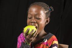 Het Afrikaanse meisje eten Stock Afbeeldingen