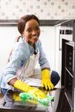 Het Afrikaanse meisje schoonmaken Stock Afbeeldingen