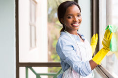 Het Afrikaanse meisje schoonmaken stock foto