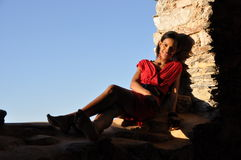 Het Afrikaanse meisje stellen in een steenschuur Royalty-vrije Stock Foto