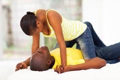 Het Afrikaanse paar flirten Royalty-vrije Stock Afbeeldingen