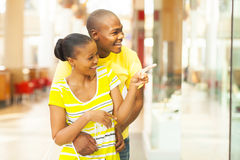 Het Afrikaanse paar winkelen Royalty-vrije Stock Foto