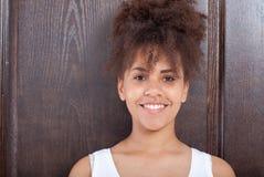 Het Afrikaanse portret van de meisjestiener van close-upgezicht royalty-vrije stock afbeelding