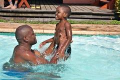 Het Afrikaanse spel van de vaderzoon Stock Foto