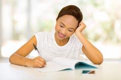 Het Afrikaanse student schrijven stock fotografie