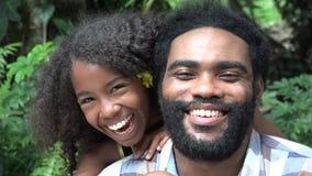 Het Afrikaanse Vader en Dochter Lachen stock video