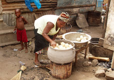 Het Afrikaanse vrouw koken Royalty-vrije Stock Foto's