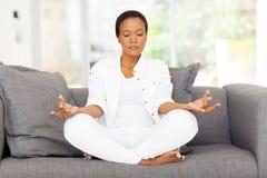Het Afrikaanse vrouw mediteren Royalty-vrije Stock Afbeeldingen