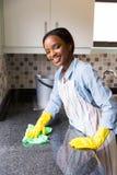 Het Afrikaanse vrouw schoonmaken royalty-vrije stock fotografie