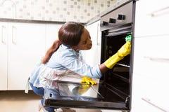 Het Afrikaanse vrouw schoonmaken stock afbeelding