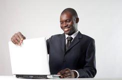 Het Afrikaanse werken aan PC stock afbeelding